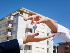 Когда и как можно продать квартиру после вступления в наследство